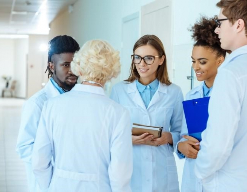 A clinical nurse leader meets with nurses.